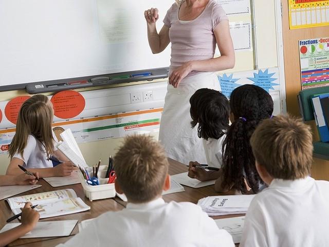 Консультируем абитуриента по поводу набора в учебное заведение по наращиванию ногтей