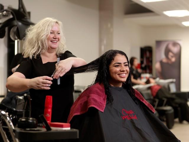Сколько учиться и какое расписание на курсах обучения парикмахеров.