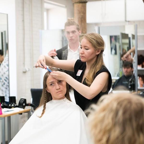Где найти дневных, вечерние, утренние курсы в учебном заведении (комбинате упк) парикмахеров.