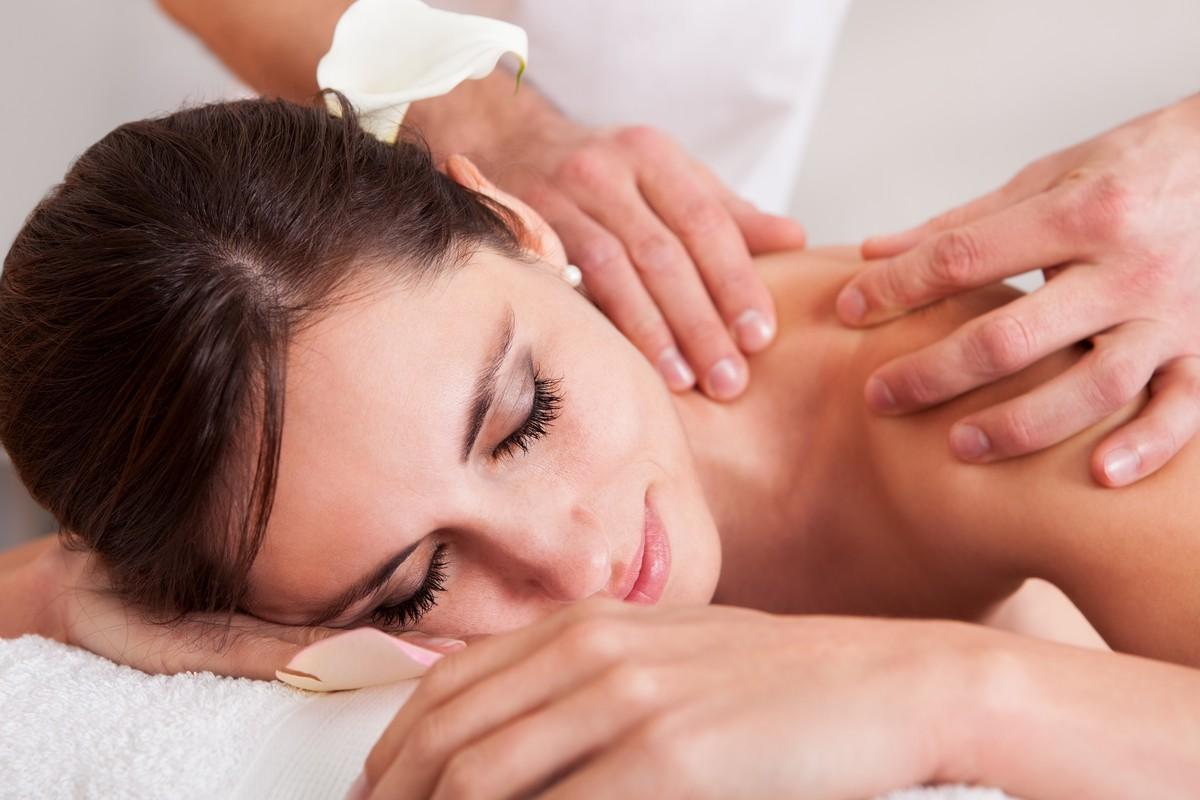 Фото девушек на массажном, Порно массаж, фото секса с массажистом а массажном 14 фотография