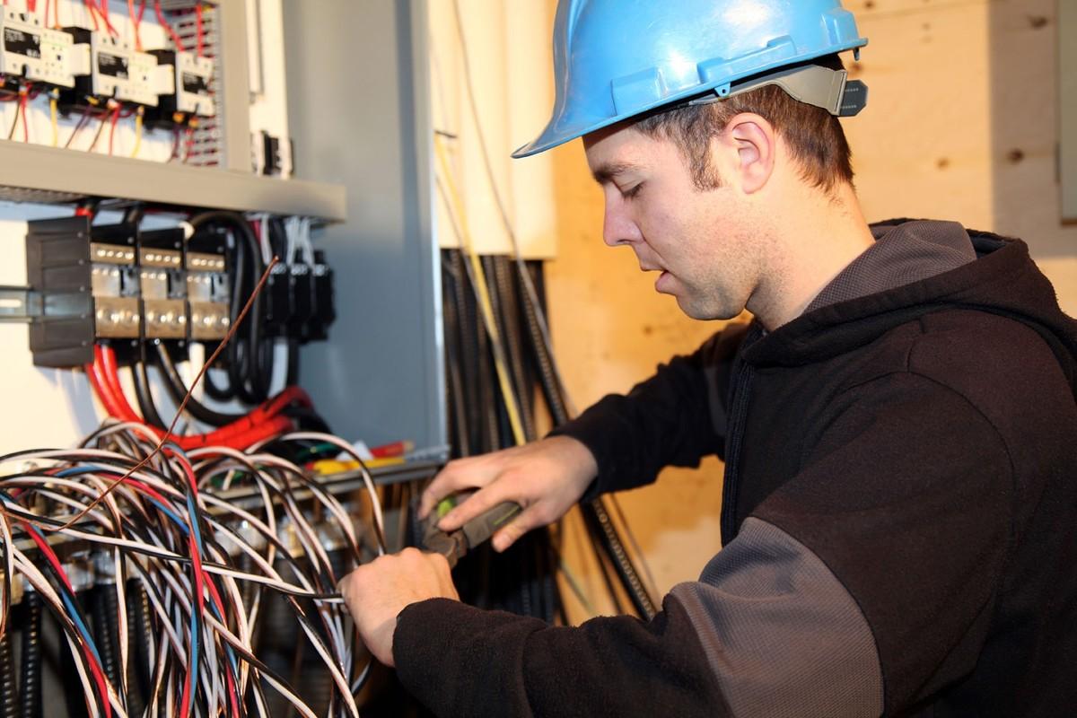 Как выбрать учебный центр, колледж, техникум электриков после 40.