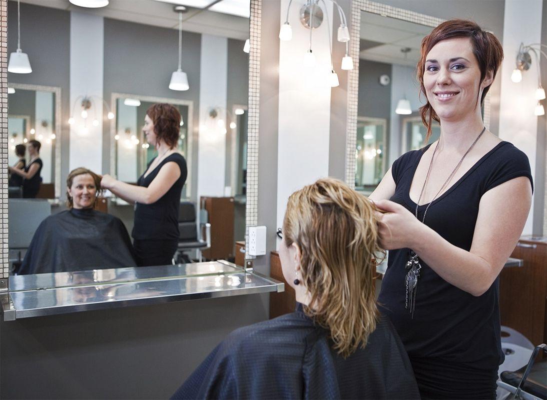 Сколько стоят платные парикмахерские курсы в учебной студии (салоне). Узнать цены